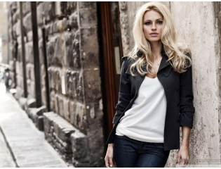 Blonde Woman City Street Wallpaper