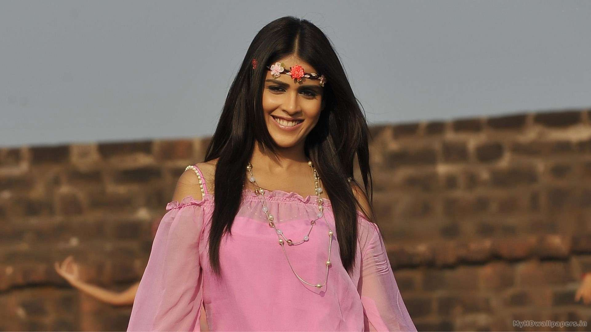 Genelia Dsouza Smiling In Pink Dress N Head Band In Naa ...