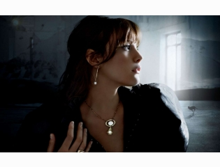 Liv Tyler With Stylish Necklace And Earring