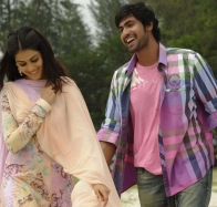 genelia laughing on road in naa ishtam